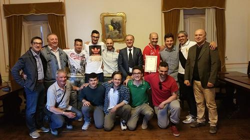 Il sindaco Marinangeli consegna all'A.S. Amandola la targa celebrativa della promozione in seconda categoria