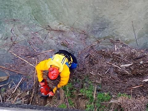 Un momento delle operazioni di disostruzione dei ponti sul fiume Ete