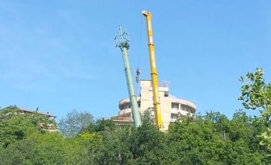 I lavori di rimozione dell'antenna di San Liborio