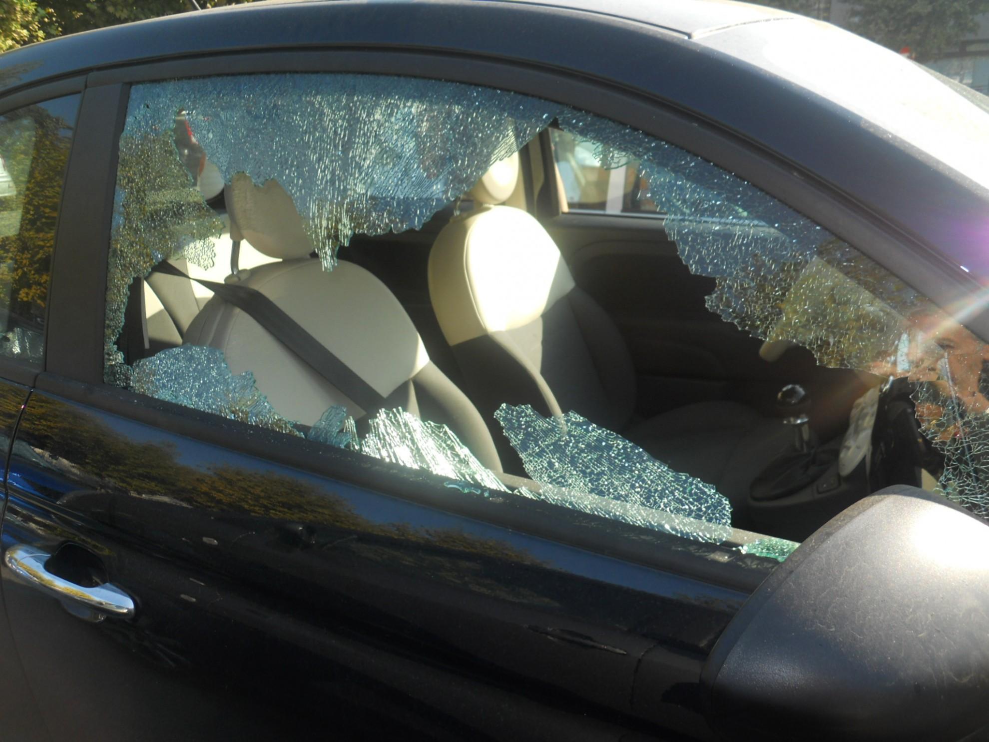 auto furti finestrino rotto