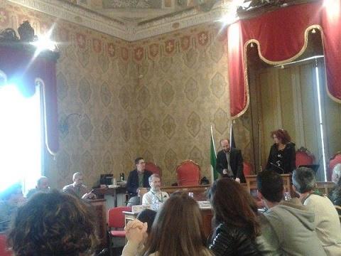 Il sindaco di Fermo Paolo Calcinaro e la presidente del consiglio comunale Lorena Massucci incontrano il gruppo di studenti