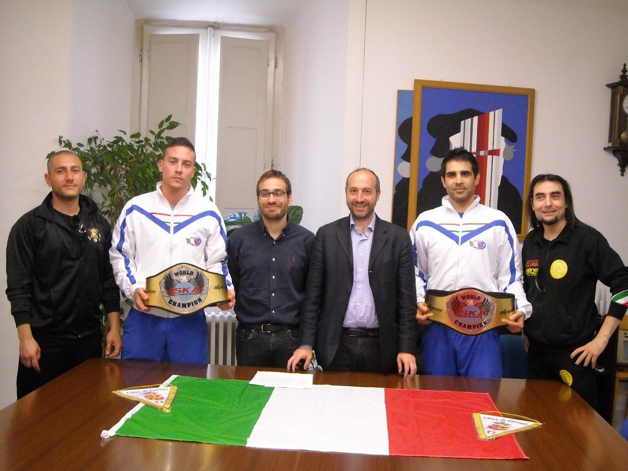 Bottoni (a sx) e Donnari (a dx) con il loro staff atletico ricevuti dal sindaco Calcinaro e dall'Assessore Scarfini