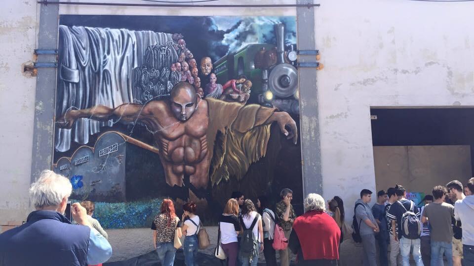 Le scuole della città in visita ai murales nell'ex Conceria
