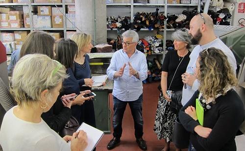 Un gruppo di giornalisti di settore in visita al calzaturificio Giano di Torre San Patrizio