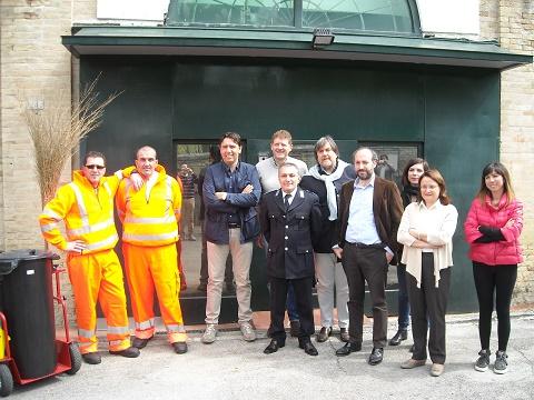 I rappresentanti dell'amminsitrazione comunale di Fermo con i vertici della casa di reclusione e due detenuti impegnati nei lavori di pubblica utilità