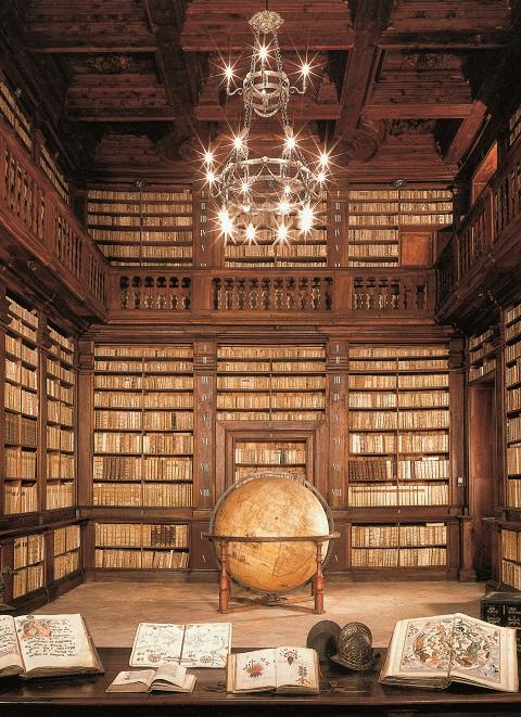 La sala del Mappamondo all'interno della storica biblioteca comunale di Fermo