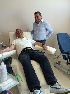 Il Presidente dell'Avis, Dino Pesci con un donatore