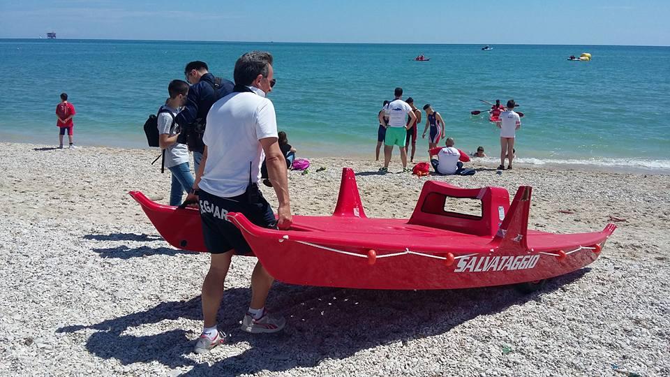 il presidente della cooperativa Cluana Nantes trasporta un moscone appena inaugurato