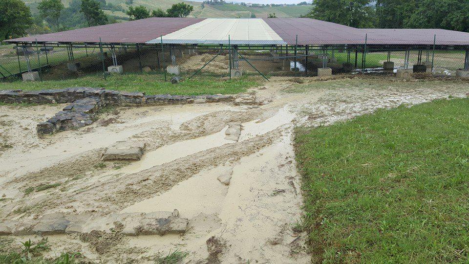 Il sito archeologico di Monte Rinaldo ricoperto dal fango