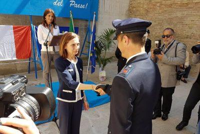 L'assistente Giovanni Damore riceve la ricompensa dal Prefetto