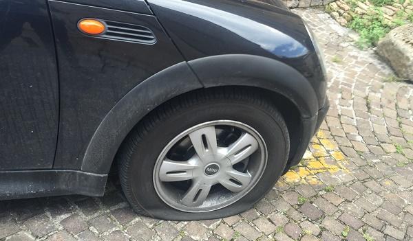 Le gomme a terra dell'auto