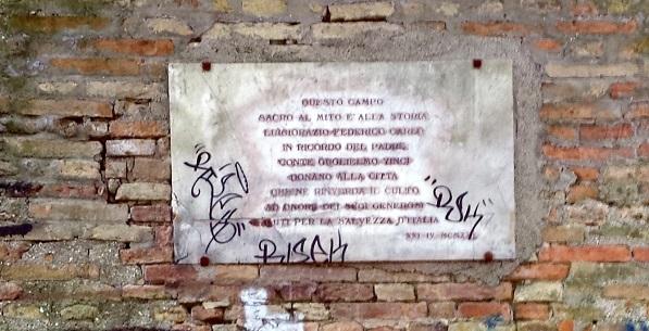 La targa commemorativa all'ingresso del parco della Rimembranza di Fermo