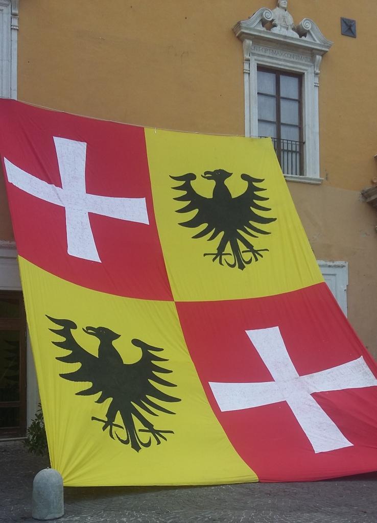 La grande bandiera sul palazzo della Biblioteca