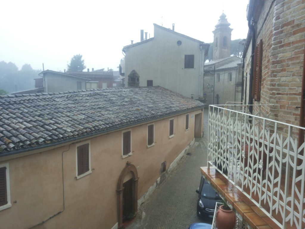 Il centro di Ortezzano, con le strade trasformate in ruscelli