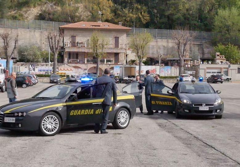 guardia di finanza due auto