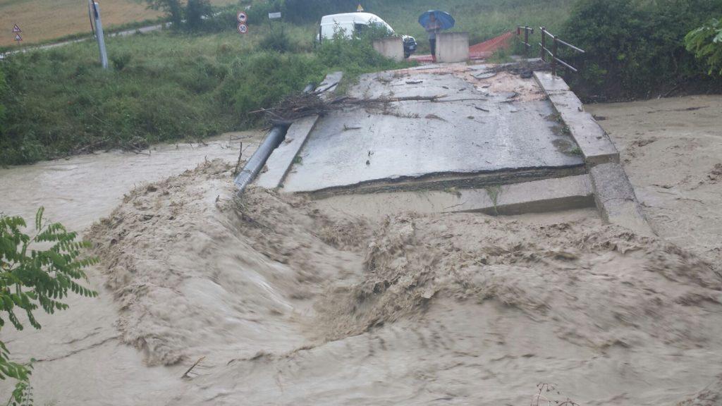 Il ponte crollato investito dalla piena dopo il nubifragio dello scorso 6 giugno