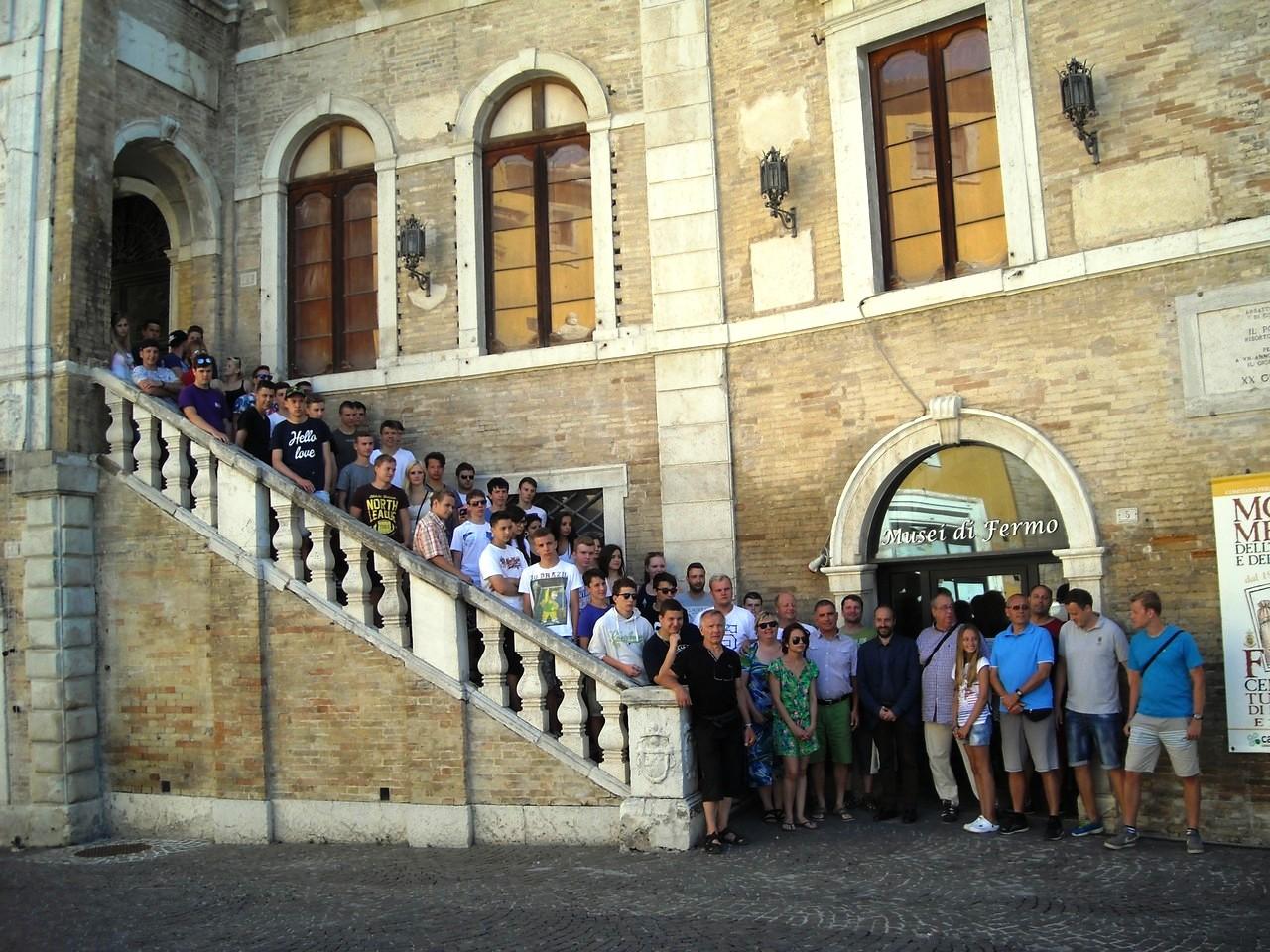 Gli studenti cechi sulla scalinata di Palazzo dei Priori