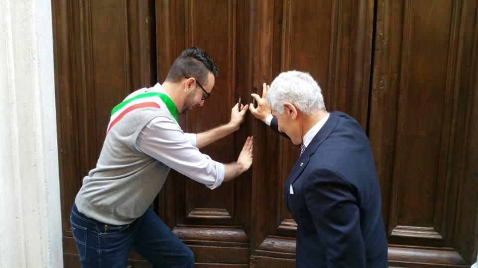 L'assessore Trasatti ed il Presidente Lions Makki aprono la porta