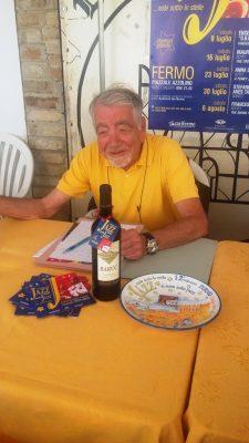 Il direttore artistico Stefano De Minicis con il piatto e la bottiglia commemorativi