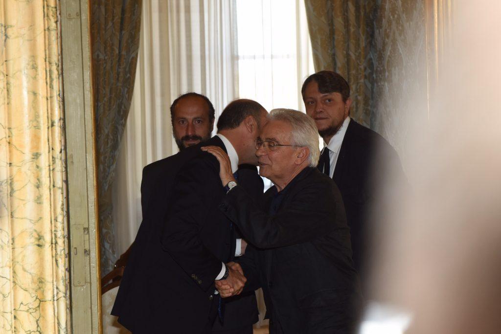L'abbraccio con don Vinicio Albanesi