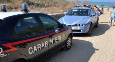 polizia e carabinieri in spiaggia