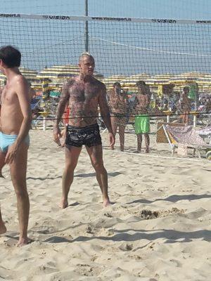 Radja Nainggolan nel campetto di beach volley a Porto San Giorgio