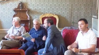 Il Sindaco Paolo Calcinaro parla con Don Vinicio