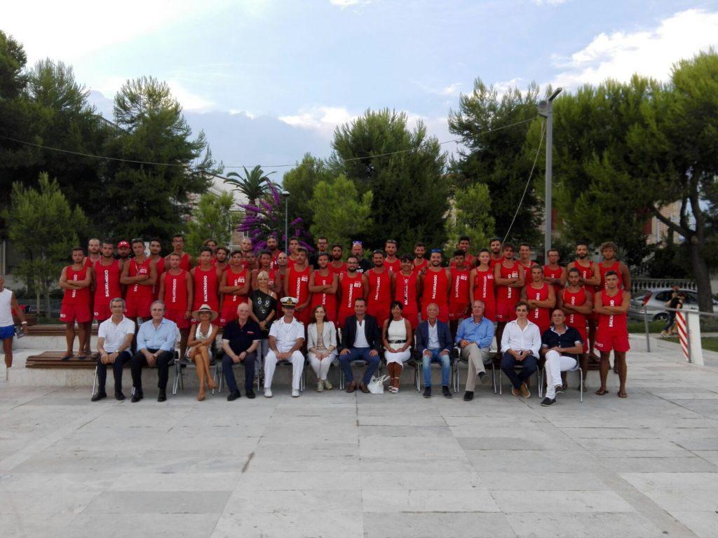 La squadra degli assistenti bagnanti della Marina servizi con le istituzioni