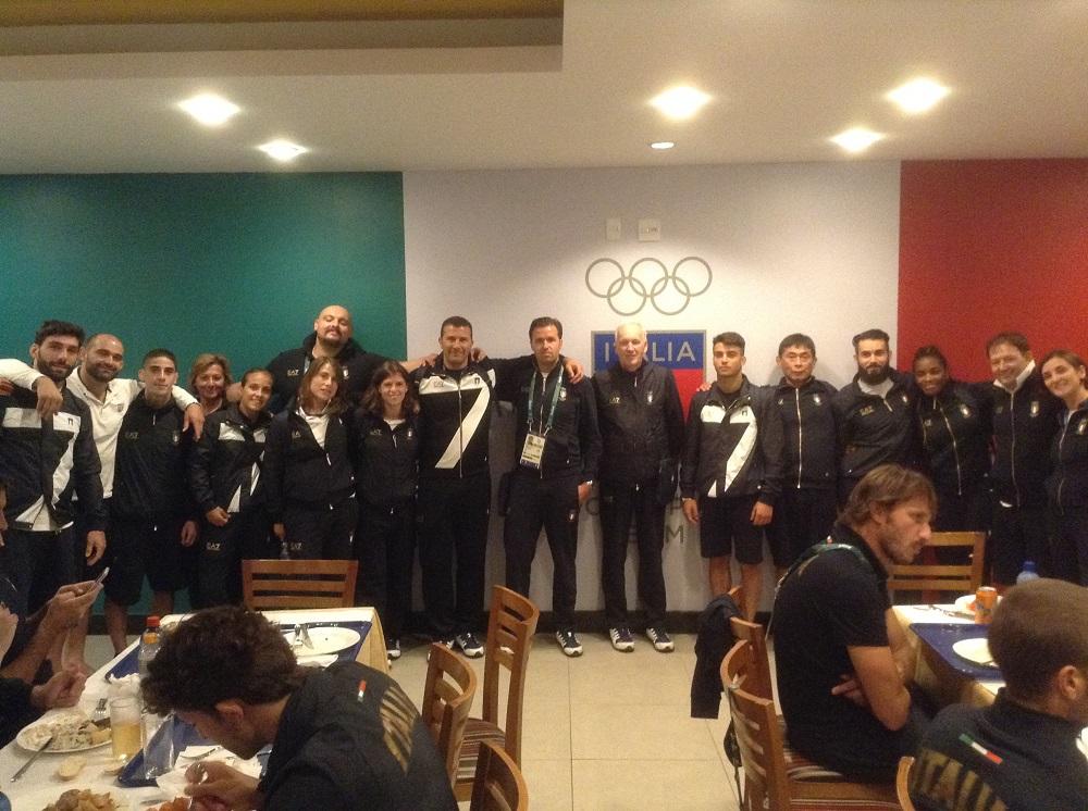 Don Mario con la squadra di Judo prima della vittoria delle medaglie