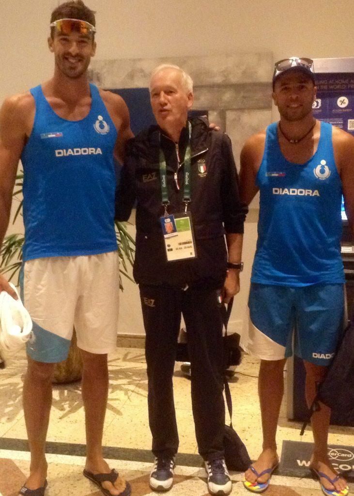 Don Mario con i ragazzi della nazionale di beach volley