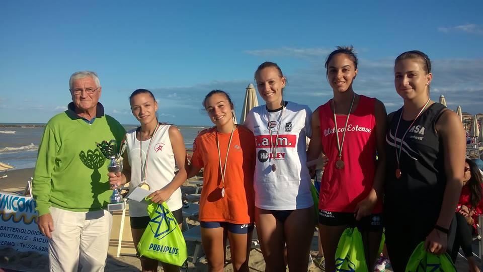 Premiazione femminile atletica salti spiaggia 2016
