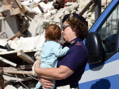 L'assistente capo Silvia Angelini Marinucci soccorre un bambino