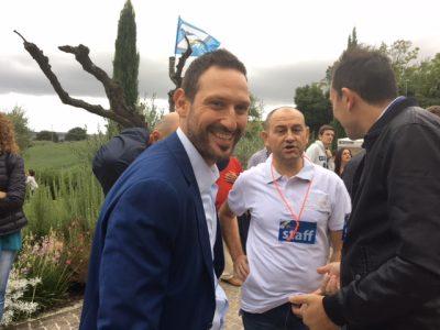Il sindaco Alessio Terrenzi in attesa del campione