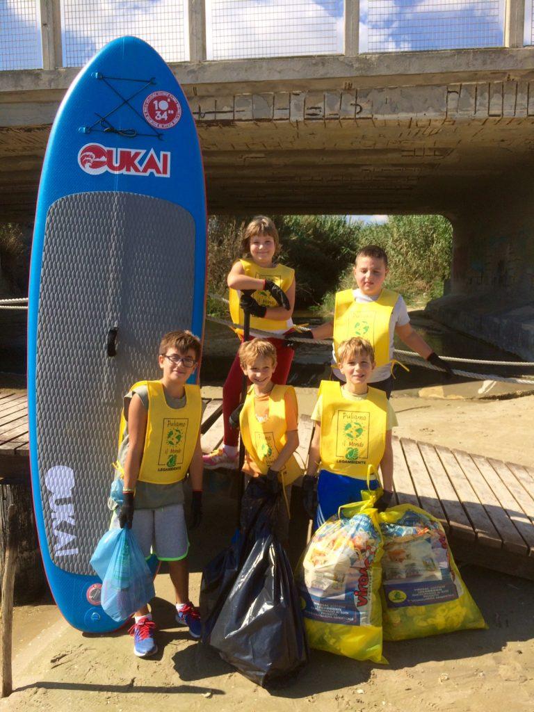 foto-dei-bambini-con-i-rifiuti-raccolti