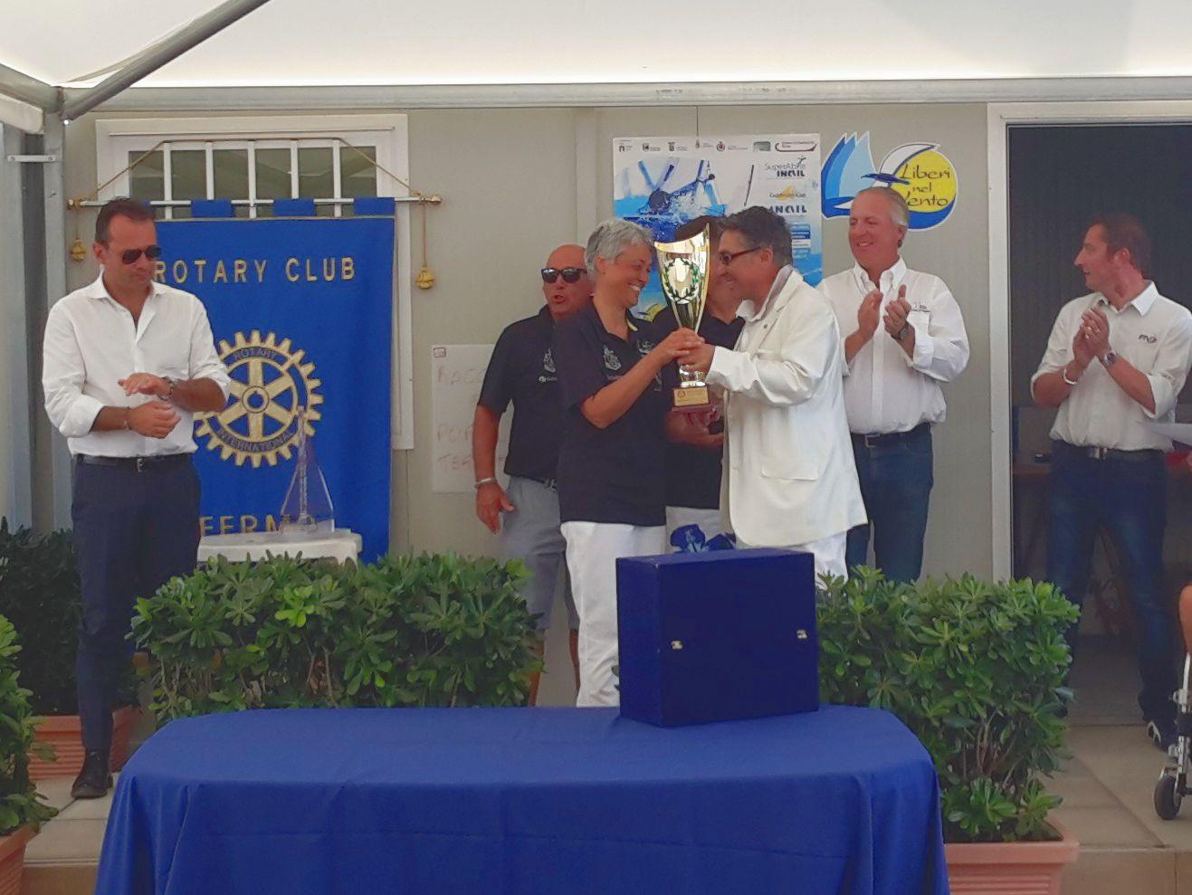 Il Notaio Alfonoso Rossi consegna il Trofeo Rotary  Club di Fermo