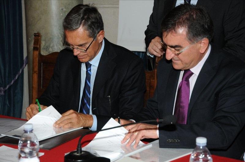 PresidenteUBALDI alla firma della convenzione con DPC regionale con Assessore Viventi nel 2013