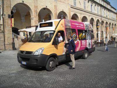 Il sindaco Paolo Calcinaro con il bus navetta