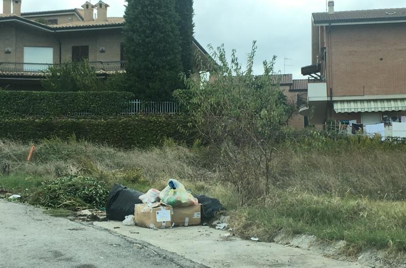 rifiuti-santa-caterina-via-santandrea-fermo-strada