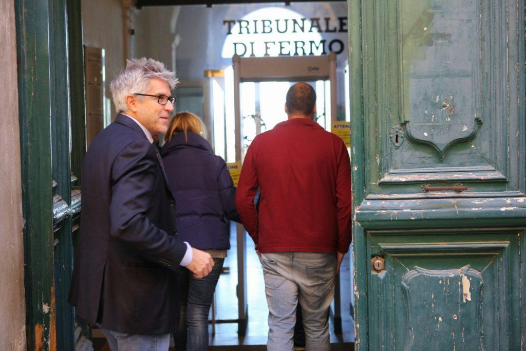 L'avvocato Stefano Chiodini all'ingresso del tribunale di Fermo