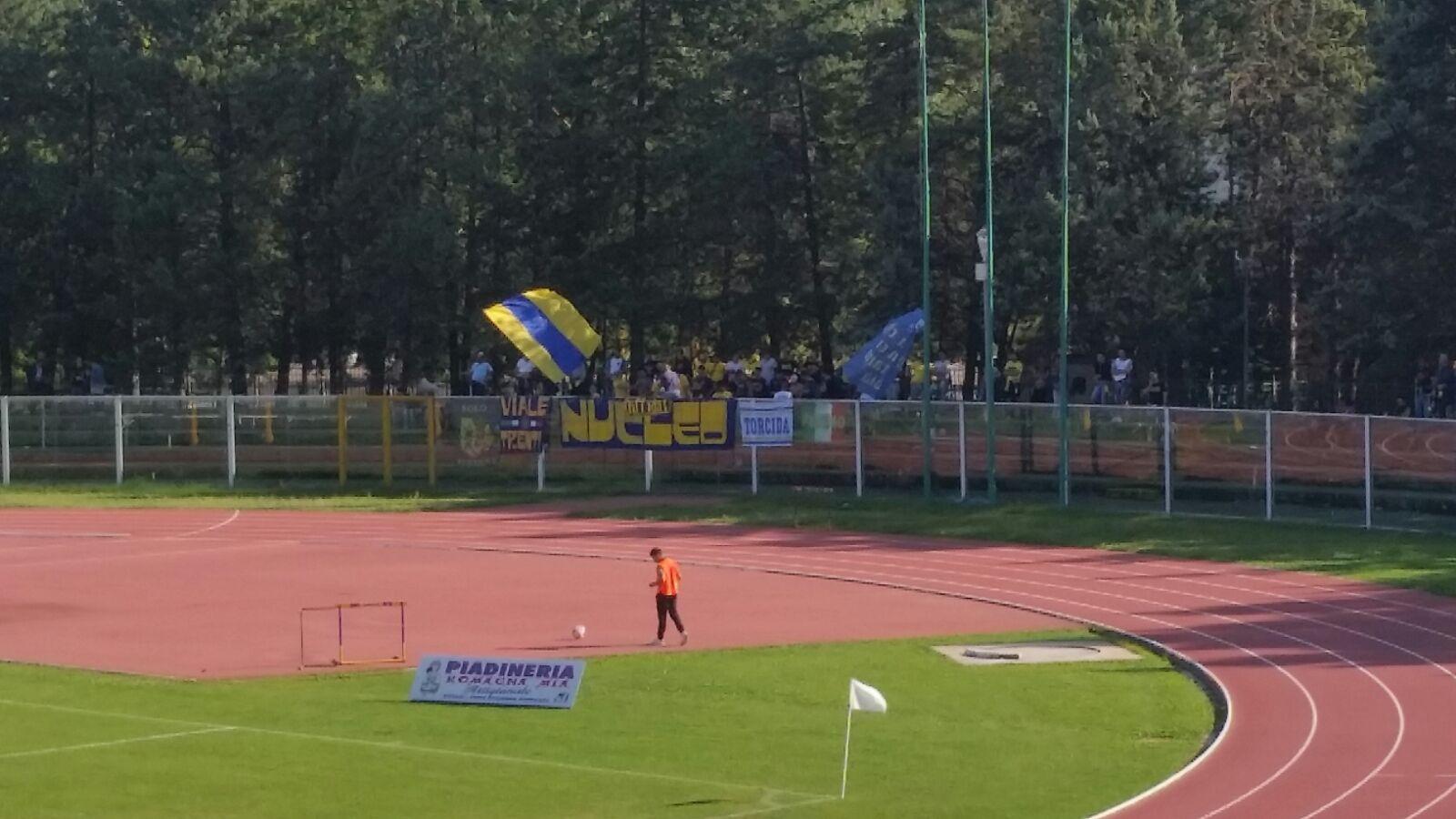 Chieti- Fermana : sullo sfondo i tifosi canarini