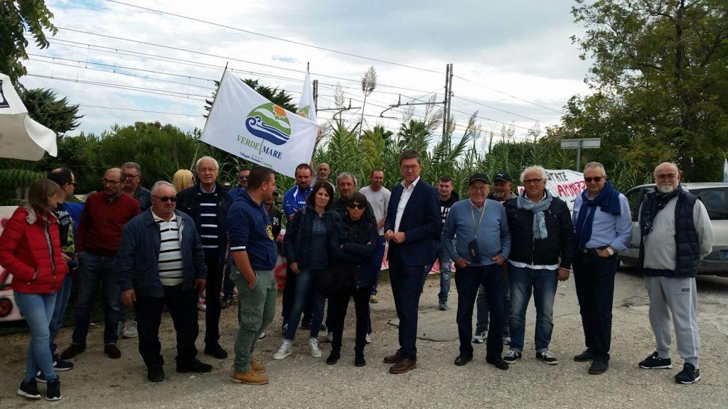 Il deputato Pd, Paolo Petrini, con gli operai del Verde Mare