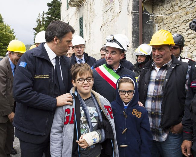 un momento della visita di Renzi ad Arquata
