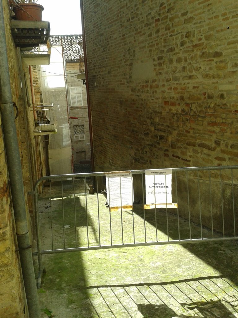 Alcuni vicoli del centro storico restano ancora non transitabili
