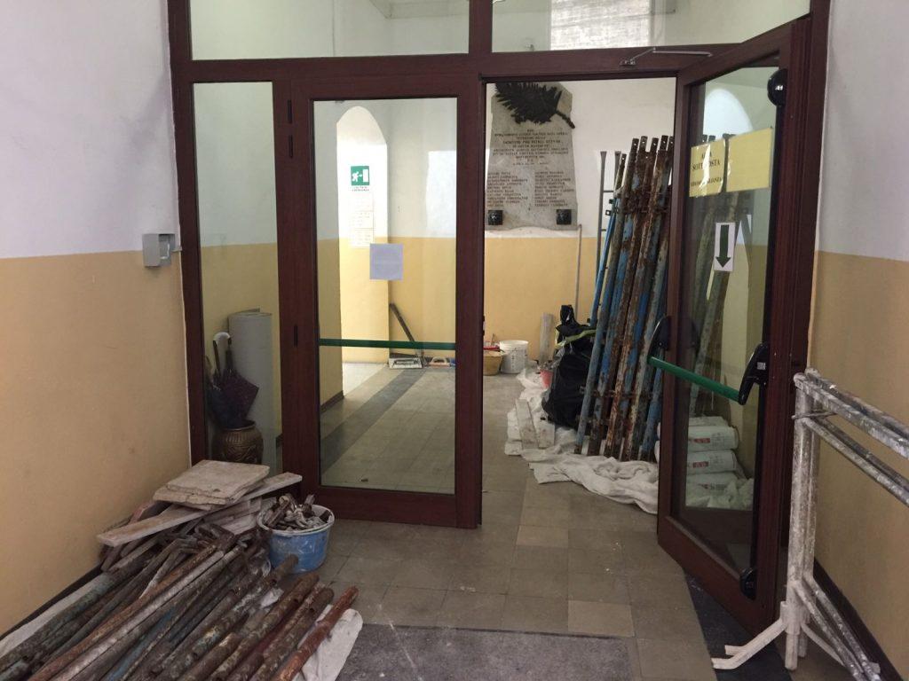 L'ingresso dell'edificio storico del Liceo Classico Annibal Caro dove sono in corso i lavori