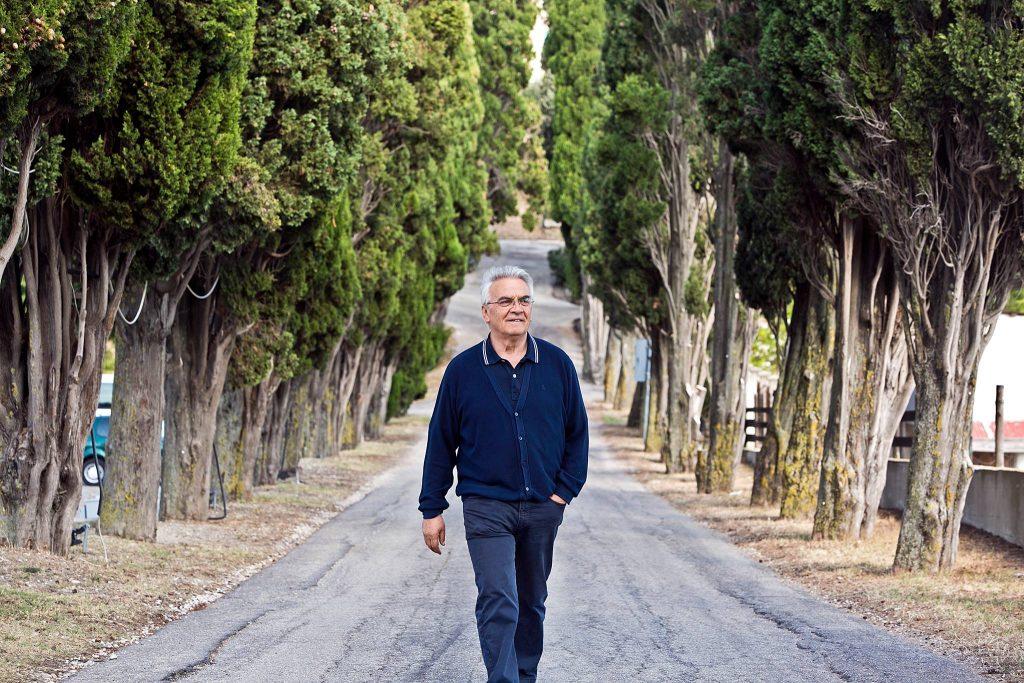 don-vinicio-albanesi-nel-viale-della-comunita-di-capodarco_stefano-dal-pozzolo