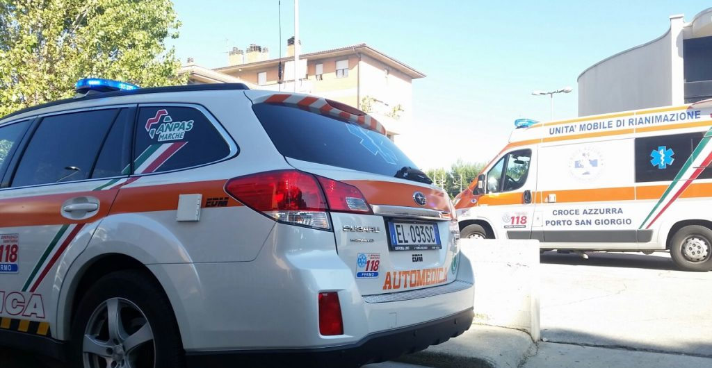 ambulanza croce azzurra e auto medica