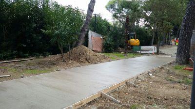 La pista ciclabile in fase di realizzazione nel viale Cavallotti