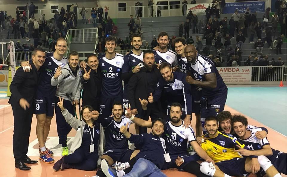 La foto dopo la vittoria in casa del Montecchio