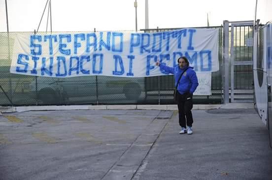 Protti davanti allo striscione a San Mauro di Romagna