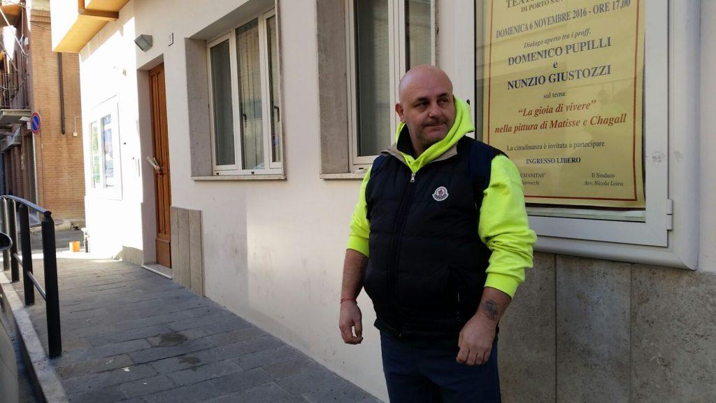 Roberto Vittori davanti alla sede della Società operaia